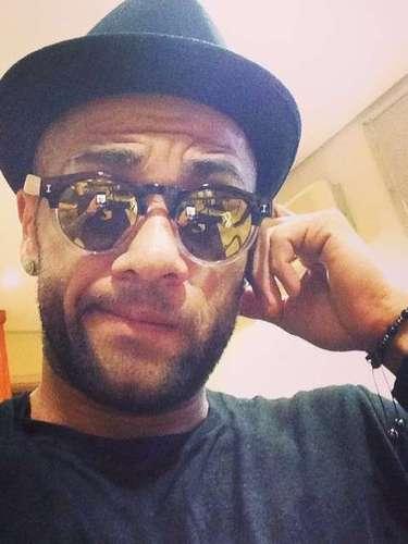 Dani Alves postou uma foto usando óculos escuros e chapéu; na legenda, o jogador disse estar recuperando as energias depois de \