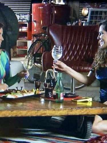 Depois de ficar surpresa com o pedido de casamento, Clara aceitar se unir à Marina
