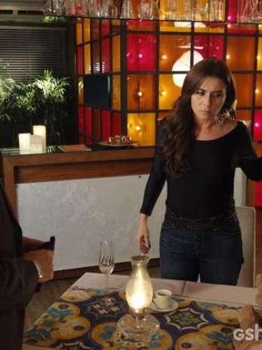 Homem dá em cima de Clara em um restaurante e, ao perceber que ela é gay, faz um escândalo. A assistente se descontrola e joga bebida nele
