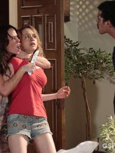 Para impedir que Jairo leve Bia embora, Juliana ameaça matar Janice