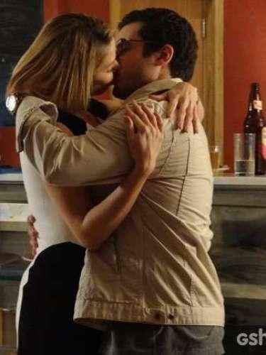 Arrasada, a médica se consola com Felipe
