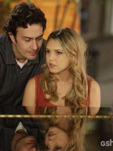 Livia (Louise D'Tuani) diz que não pode mais tocar com Laerte (Gabriel Braga Nunes)