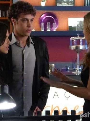 Paulinha (Manu Gavassi) tira satisfação ao ver a pianista agarrar seu namorado