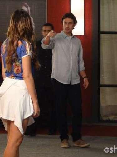 Laerte se descontrola ao ver Luiza em aula de dança e a puxa pelo braço. Alunos ficam chocados com a atitude do flautista