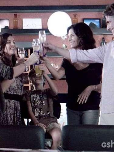 Clara e Marina convidam Cadu e Verônica para serem seus padrinhos de casamento