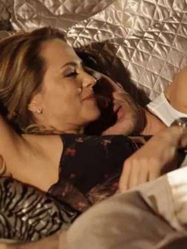 Assim como fez na juventude, Shirley consegue levar Laerte para a cama antes de seu casamento com Luiza