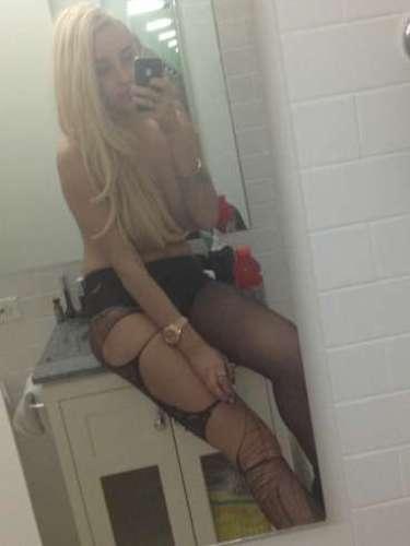 Amanda Bynes, atriz de Hollywood que já participou de filmes como Tudo Que Uma Garota Quer (2003) e Ela é O Cara (2006), usou seu perfil na rede social Twitter para postar fotos em que aparece sem sutiã, cobrindo os seios com as mãos e os cabelos. Nas legendas das imagens, ela escreveu: \