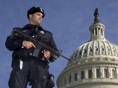 A man allegedly on a suicide mission was arrested outside the capitol building. Foto: AP