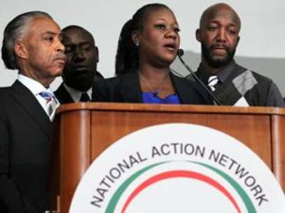 Trayvon Martin's mother speaks to the media about the case. Foto: AP
