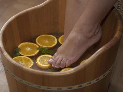 Prática milenar, o escalda-pés alivia o cansaço e o estresse, estimula a circulação sanguínea, reduz o inchaço, suaviza a pele e, ainda, combate a ansiedade Foto: Gis Ciasca / Terra