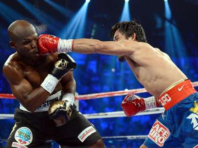Manny Pacquiao golpea a Timothy Bradley. Foto: Getty Images