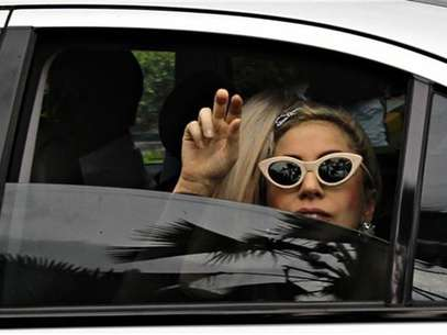 La cantante Lady Gaga saluda a su llegada al aeropuerto Changi de Singapur, mayo 26 2012. El Gobierno tailands atac por segunda vez en pocas semanas a la sensacin del pop Lady Gaga al presentar una denuncia ante la polica por el uso &quot;ofensivo&quot; de su bandera nacional el mes pasado durante un concierto para el que se agotaron las entradas. Foto: Tim Chong / Reuters en espaol