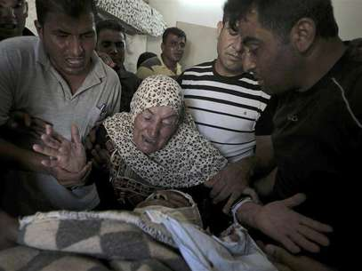 The mother of Naim Najar mourns over his body during his funeral in the West Bank village of Idna, near Hebron June 17, 2012. Foto: Ammar Awad / Reuters In English