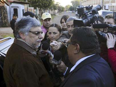 Ousted Paraguayan President Fernando Lugo (L) talks to journalists outside his home in Lambare, on the outskirts of Asuncion, June 23, 2012. Foto: Stringer / Reuters In English