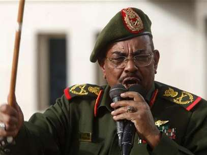 Sudanese President Omar Hassan al-Bashir addresses supporters after receiving victory greetings at the Defence Ministry, in Khartoum April 20, 2012. Foto:  Mohamed Nureldin Abdallah / Reuters In English