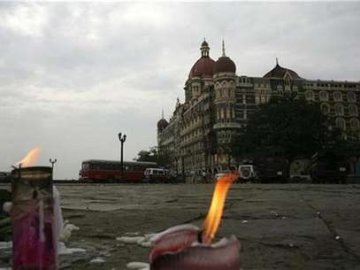 Candles placed for victims of the Mumbai attacks are seen in front of the Taj Mahal Hotel in Mumbai November 30, 2008. Foto: Jayanta Shaw / Reuters In English