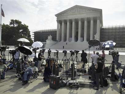 Members of the media gather for a stakeout in front of U.S. Supreme Court in Washington June 25, 2012. Foto: Yuri Gripas / Reuters In English