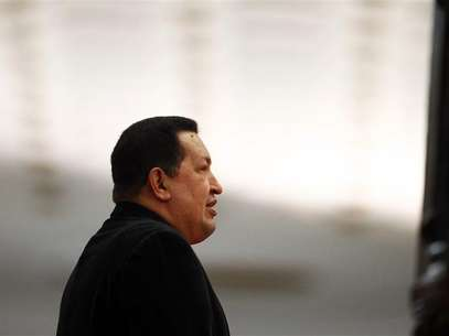 Venezuela's President Hugo Chavez waits to receive his Iranian counterpart Mahmoud Ahmadinejad at Miraflores Palace in Caracas June 22, 2012. Foto: Jorge Silva / Reuters In English