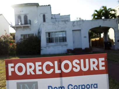 A foreclosure sale sign sits in front of a house in Miami Beach, Florida February 27, 2009. Foto: Carlos Barria / Reuters In English