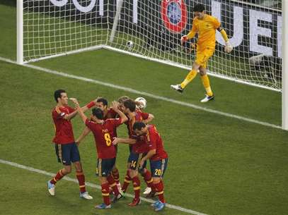 Spain's players celebrate their second goal next to France's goalkeeper Hugo Lloris during their Euro 2012 quarter-final soccer match at the Donbass Arena in Donetsk, June 23, 2012. Foto: Yves Herman / Reuters In English