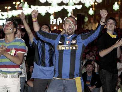 Soccer fans react as they watch the Euro 2012 semi-final soccer match between Germany and Italy at the fan zone in Kiev, June 28, 2012. Foto: Anatolii Stepanov / Reuters In English