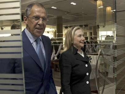 U.S. Secretary of State Hillary Rodham Clinton (R) and Russian Foreign Minister Sergey Lavrov leave a meeting in St. Petersburg June 29, 2012. Foto: Pool / Reuters In English