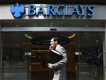 Un hombre pasa frente a una oficina del banco Barclays en el centro de Londres Foto: Reuters en espaol