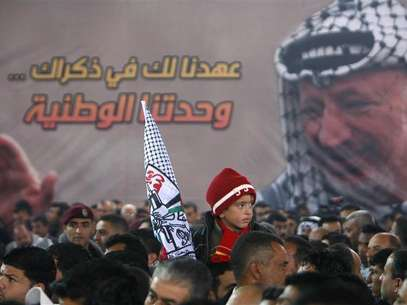 A Palestinian boy holds a Fatah flag during an event marking the 7th anniversary of the late Palestinian leader Yasser Arafat in the West Bank city of Ramallah November 16, 2011. Foto: Mohamad Torokman / Reuters In English