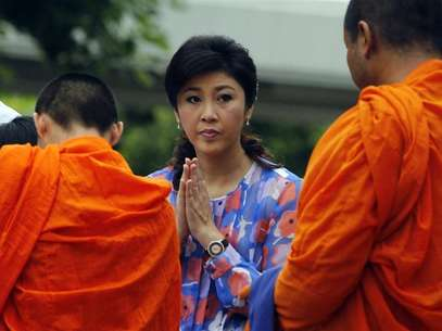 Thai Prime minister Yingluck Shinawatra prays on her birthday at her house in Bangkok June 21, 2012. Foto: Sukree Sukplang / Reuters In English