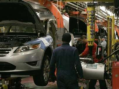 Workers place tires on the 2011 Ford Explorer and other vehicles at the Ford assembly plant in Chicago, Illinois, December 1, 2010. Foto: Frank Polich / Reuters In English