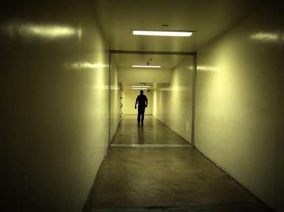 A sheriff's deputy walks down a hallway at the Orange County jail in Santa Ana, California, May 24, 2011. Foto: Lucy Nicholson / Reuters In English