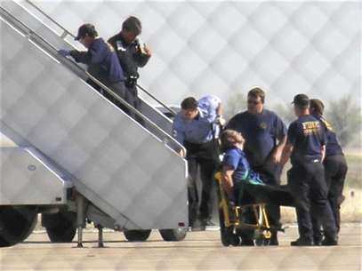 A JetBlue pilot captain Clayton Osbon, is removed from the plane after erratic behavior forced the crew to land in Amarillo, Texas, March 27, 2012. Foto: The Reporters Edge / Reuters In English