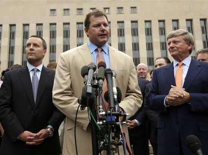Former baseball star Roger Clemens speaks outside Federal District Court in Washington June 18, 2012. Foto: Kevin Lamarque / Reuters In English