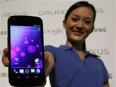 A model poses with the Galaxy Nexus, the first smartphone to feature Android 4.0 Ice Cream Sandwich and a HD Super AMOLED display, during a news conference in Hong Kong October 19, 2011. Foto: Bobby Yip / Reuters In English