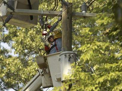 A lineman works to restore power to a neighborhood of Falls Church, Virginia July 3, 2012. Foto: Kevin Lamarque / Reuters In English