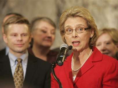 Washington state Gov. Chris Gregoire (R) speaks to an audience shortly before signing legislation legalizing gay marriage in the state in Olympia, Washington February 13, 2012. Foto: Robert Sorbo / Reuters In English
