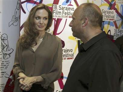 U.S. actress Angelina Jolie stands next to Mirsad Purivatra, director of the 18th Sarajevo Film Festival, before the festival July 7, 2012. Foto: Handout / Reuters In English