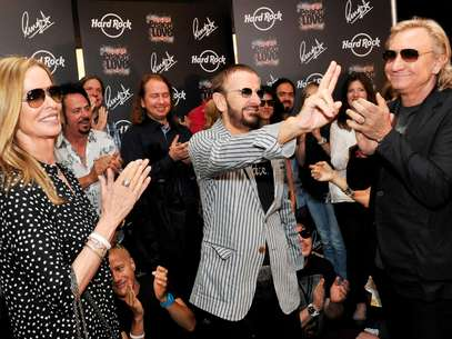 El ex beatle Ringo Starr, al centro, celebra su 72do cumpleaos acompaado de su esposa Barbara, a la izquierda, en el Hard Rock Caf en Nashville, Tennessi, el sbado 7 de julio de 2012. A la derecha el msico Joe Walsh.  Foto: Rob Shanahan / AP