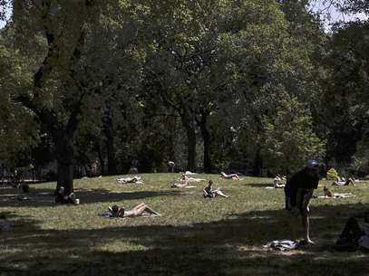 People sunbathe at Tompkins Square Park in New York July 8, 2012. Foto: Shannon Stapleton / Reuters In English