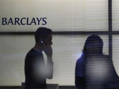 People walk inside Barclays Bank's headquarters in the financial district of Canary Wharf, east London, July 3, 2012. Foto: Andrew Winning / Reuters In English