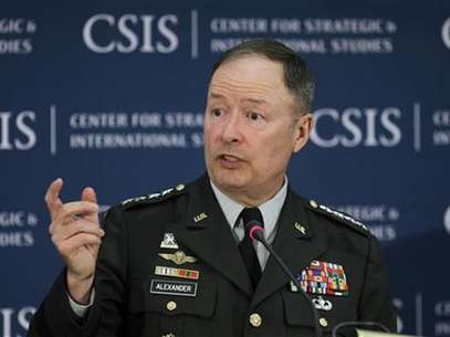 General Keith Alexander, Director of the NSA and Commander of U.S. Cyber Command speaks about cyber security and USCYBERCOM at the Center for Strategic and International Studies (CSIS) in Washington, June 3, 2010. Foto: Hyungwon Kang / Reuters In English