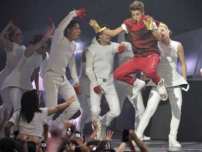 Singer Justin Bieber (R) performs during the MuchMusic Video Awards in Toronto June 17, 2012. Foto: Mike Cassese / Reuters In English