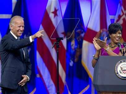 Roslyn M. Brock (R), Chairman of the National Board of Directors of the NAACP applauds as U.S. Vice President Joe Biden is introduced at the their convention in Houston July 12, 2012. Foto: Richard Carson / Reuters In English