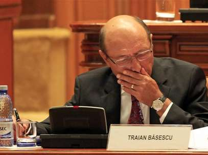 Romania's President Traian Basescu takes notes before the Parliament vote on suspending him over what the ruling Social Liberal Union (USL) says is his attempt to pressure judges and break the constitution, in Bucharest July 6, 2012. Foto: Radu Sigheti / Reuters In English