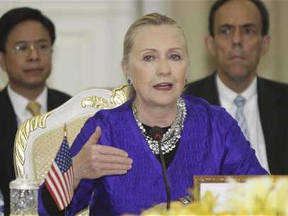 U.S. Secretary of State Hillary Clinton (C) speaks at the 5th Lower Mekong Initiative (LMI) Ministerial Meeting in Phnom Penh July 13, 2012. Foto: Samrang Pring / Reuters In English