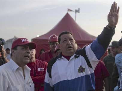 Venezuelan President Hugo Chavez (R) gestures during a visit to an industrial complex in the state of Anzoategui July 13, 2012. Foto: Handout / Reuters In English