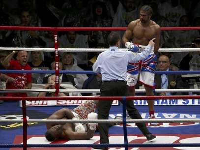 Britain's David Haye (R) looks down at opponent Dereck Chisora after scoring a fifth round knockout in their fight for the vacant WBO and WBA International Heavyweight Championship at Upton Park in London July 14, 2012. Foto: Eddie Keogh / Reuters In English