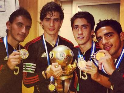 Members of the Mexican U-20 soccer team with the championship trophy. Foto: Mediotiempo.com