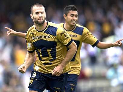 Emmanuel Villa scored two goals to lead Pumas over Atletico Nacional Sunday. Foto: Mediotiempo.com