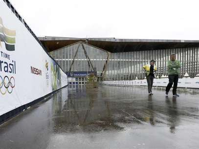 Brazilian sports staff walk outside the Crystal Palace National Sports Centre in south London, where the Brazilian Olympic team will be based during the London 2012 Olympic Games, July 16, 2012. Foto: Olivia Harris / Reuters In English